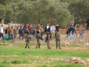 Soldaten beobachten die Schüler auf dem Schulweg