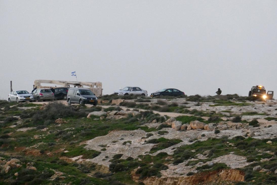 Wöchentlicher Besuch am Gedenkort, rechts die Eskorte der Armee. Foto @ EAPPI