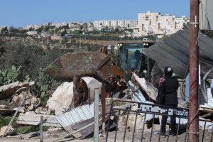 Bulldozer während der Hauszerstörung in Khirbet Khamis, im Hintergrund die Siedlung Gilo; ©Raed Abu Tarboush