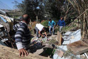 Angehörige suchen in den Überresten des Warenlagers nach unversehrten Produkten; ©Raed Abu Tarboush