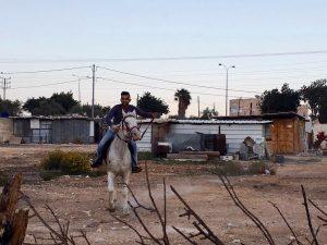 Vor der Zerstörung: Raed auf dem Grundstück der Familie, im Hintergrund die betroffenen Gebäude ; ©Raed Abu Tarboush