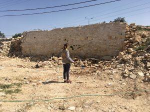 Hauswand mit Steckdosen: Überreste des ersten zerstörten Hauses; ©EAPPI