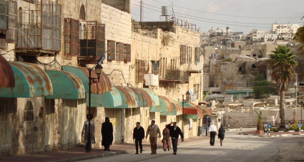 Zutritt verboten: dieser Teil der Shuhada-Straße, einst das kommerzielle Zentrum Hebrons, ist für Palästinenser nicht mehr zugänglich, alle Läden wurden geschlossen