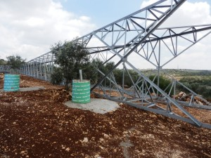 Strommast im Olivenhain
