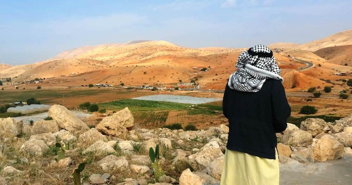 Hayell Mahmoud blickt auf den gegenüberliegenden Checkpoint Hamra; © EAPPI