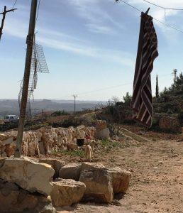 Nur wenige Meter vom Haus der Familie Salah stehen die Strommasten der Siedlung Neve Daniel; © EAPPI