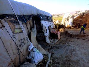 """""""Susiya forever"""" – Aufschrift auf einem Zelt, das bald zerstört werden soll"""